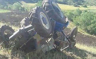 Kontrolden çıkan traktör devrildi