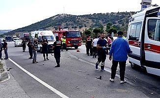 İki otomobil çarpıştı: 3'ü ağır 4 yaralı