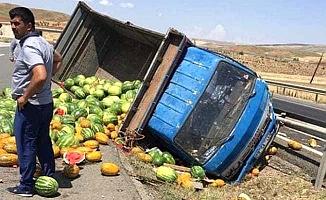 Karpuz kamyonu devrildi