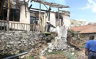 Muhtarın evi yandı