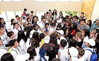 Rektör üniversiteli çocuklarla