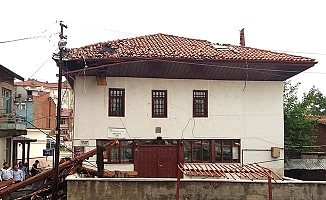 Tarihi caminin minaresi uçtu