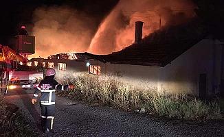 Eskiekin'de depo yangını