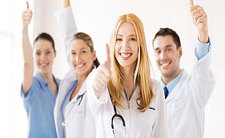 Tıp öğrencileri beyaz önlük giyecek