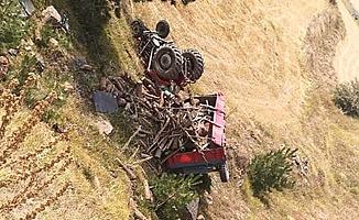 Traktör uçuruma yuvarlandı