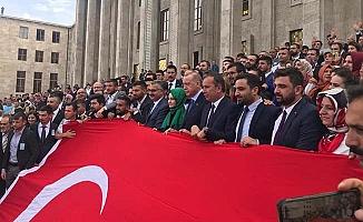 Erdoğan ile dev Türk bayrağı açtılar