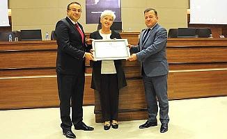 Nuray Şehirtay'a onursal başkanlık beratı