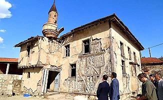 Vali tarihi camiyi inceledi