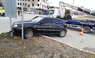 Kavşakta iki araç çarpıştı