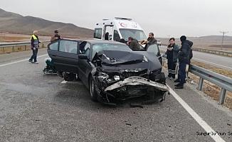 Otomobil tıra çarptı, 2 yaralı