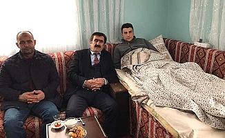 Başkan yaralı askerimizi evinde ziyaret etti