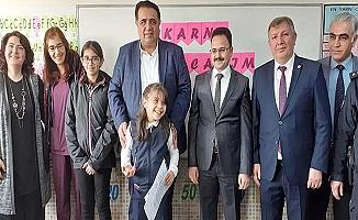 Milletvekili kızının okulunda karne dağıttı