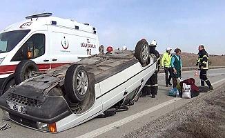 Tekeri kopan otomobil devrildi
