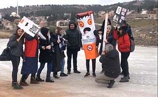 Sigarayı döverek protesto ettiler