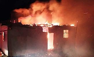 Alevler tüm evi kapladı