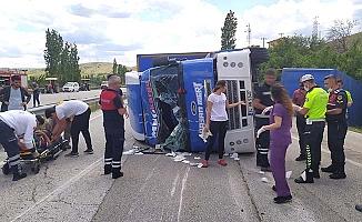 Kargo kamyonu devrildi, 2 yaralı