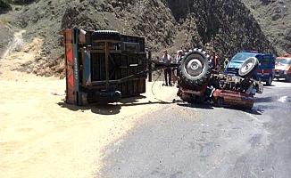 Buğday yüklü traktör devrildi, 2 yaralı