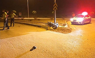 Virajı alamayan motosiklet takla attı