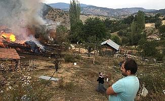 Bayat'ta üç ev ve bir samanlık yandı
