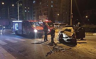 Kaza yapan otomobil alev aldı