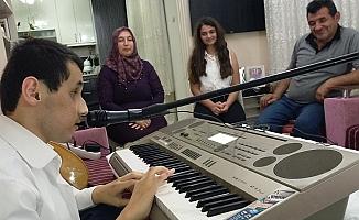 Görme engelli genç 4 müzik aleti çalabilyor