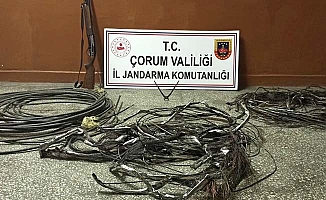 Çaldığı kabloları yakarken yakalandı