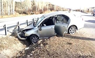 Otomobil refüje çarptı, 2 yaralı