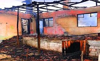 Ahşap ev tamamen yandı