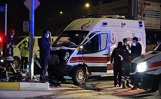 Hasta taşıyan ambulans kaza yaptı, 7 yaralı