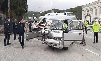 Ciple ticari araç çarpıştı, 4 yaralı