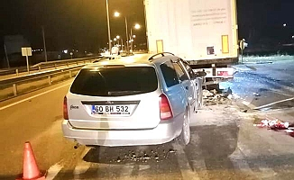 Gece yarısı kaza, otomobil tıra çarptı
