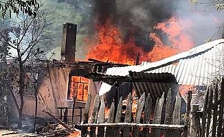 Bir ev, samanlık ve ahır yandı