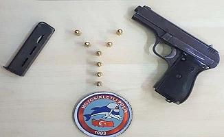 Polis şüpheli aracı durdurdu, iki gözaltı