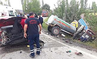 Otomobil traktörle çarpıştı