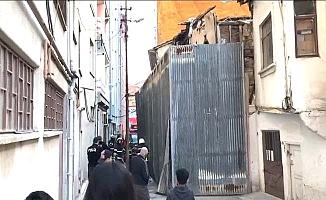 Tarihi evi itfaiyeciler kurtardı