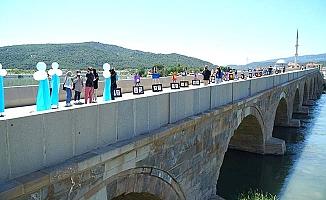 Tarihi köprüde yıl sonu sergisi