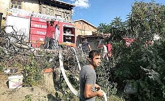 Köyde yangın: 2 ev, 1 ahır yandı
