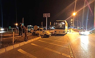 Otobüs otomobille çarpıştı, yolcular büyük panik yaşadı