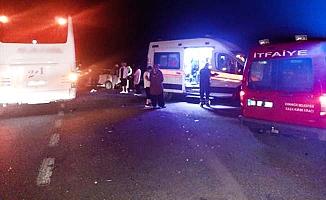 Otomobil yolcu otobüsü ile çarpıştı