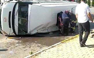 Hastane kavşağında minibüsle araç çarpıştı