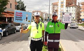 Okul önlerinde 'maket polisle' önlem