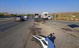 Otomobil radar aracına çarptı, 3 yaralı