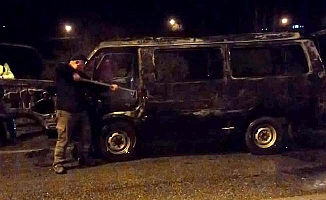 Kaza yapan minibüs alev topuna döndü