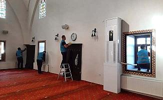 Yükümlüler camileri temizliyor
