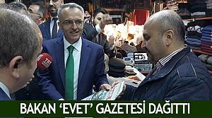 Bakan 'Evet' gazetesi dağıttı