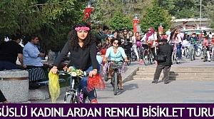 Süslü kadınlardan renkli bisiklet turu