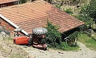 Traktör şarampole devrildi