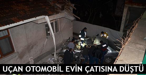 Uçan otomobil evin çatısına düştü