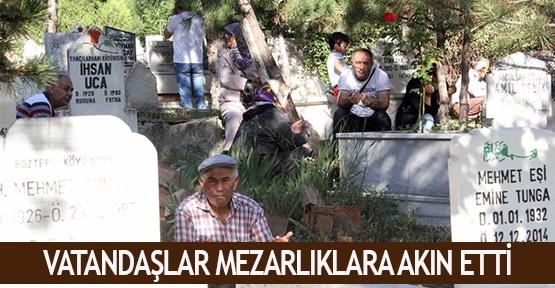 Vatandaşlar mezarlıklara akın etti