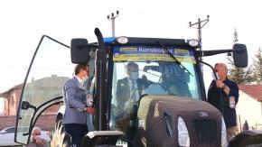 Vali traktör kullandı, mısır ekti